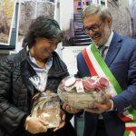Bagnone - Inaugurazione Casa della Salute - L'assessore regiona Stefania Saccardi riceve in dono con simpatia, le cipolle di Treschietto dal sindaco Marconi.