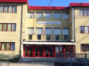 La facciata dell'istituto scolastico in via IV Novembre a Pontremoli