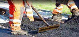 Alcuni operai al lavoro per l'asfaltatura delle strade