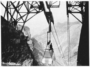 Trasporto a valle di un carico di marmo con la teleferica del Balzone