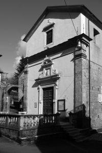 La facciata della chiesa parrocchiale fivizzanese di San Terenzo Monti