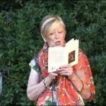 La poetessa Anna Magnavacca mentre legge alcuni suoi versi