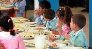 Foto di repertorio in cui alcuni bambini mangiano nella mensa di un asilo