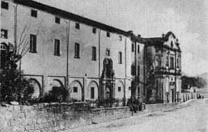 L'edificio del vecchio ospedale di Pontremoli, a nord di Porta Parma con la facciata della chiesa dell'ex convento del Carmine