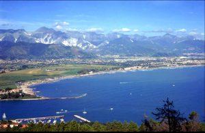 La Provincia di Massa Carrara nella zona di Costa e alle spalle le Alpi Apuane