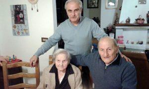 Festa per i 107 anni di Rosa Fognari. Qui assieme al sindaco di Casola, Riccardo Ballerini, e a Sergio Mastrini