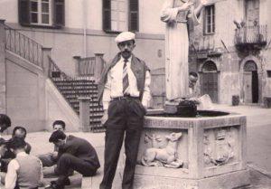 Bruno Necchi in piazza del Duomo a Pontremoli