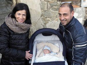 Bagnone - La felicità di Papà Matteo Mariani con Nicolò e Mamma Sonia Orsi appena arrivati a Canneto dal NOA