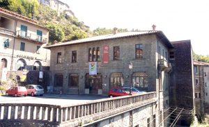 """La facciata del teatro """"Quartieri"""" a Bagnone"""