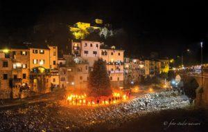 L'accensione del Falò di SanNicolò del 2016 (Foto Studio Massari); l'appuntamento si rinnova il 17 gennaio sul Magra.