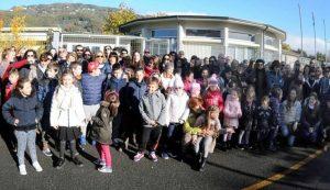 La protesta dei genitori e degli studenti davanti alle scuole di Albiano