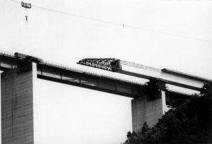 Estate 1975: a nord di Pontremoli si lavora per ultimare anche la seconda corsia del viadotto Rio Verde, ma l'autostrada è comunque già aperta