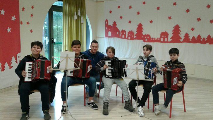 Ad Arpiola: ragazzi impegnati nello studio della fisarmonica