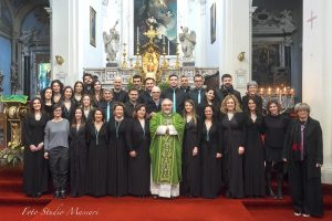 """Foto di gruppo del Coro """"One soul gospel choir"""" assieme al sindaco, Lucia Baracchini, al parroco don Pietro Pratolongo e due operatrici del Centro Giovanile"""