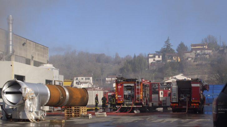 Un incendio mette in crisi la cartiera di Gassano