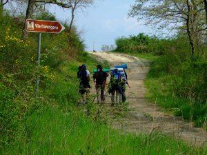Il passaggio di alcuni pellegrini lungo la via Francigena