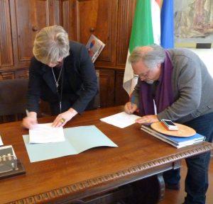Il momento della firma del sindaco Lucia Baracchini e di don Pietro Pratolongo