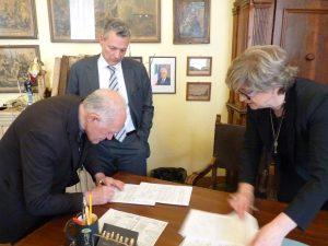 Il momento della firma del sindaco Lucia Baracchini e di padre Dario Ravera