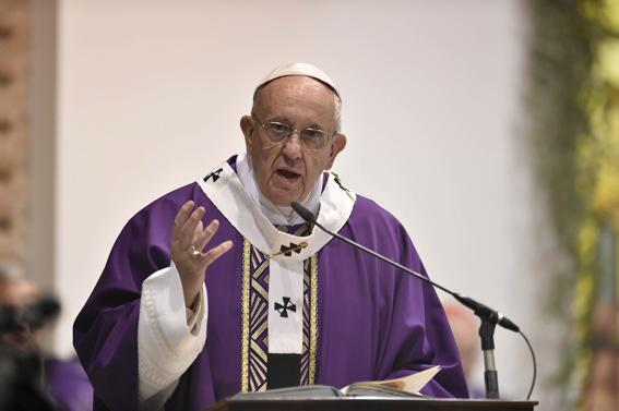 Papa Francesco: uno sguardo d'amore sulle croci della vita