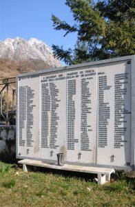 Nel cimitero di Vinca il lungo elenco dei nomi dei civili uccisi tra il 24 e il 26 agosto 1944