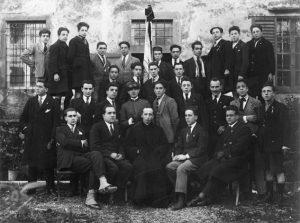 Don Annibale Corradini (seduto al centro)con un gruppo di giovani dell'Azione Cattolica di Pontremoli alla metà degli anni Venti del Novecento