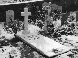 La tomba don Lorenzo Milani nel piccolo cimitero di Barbiana (www.donlorenzomilani.it)