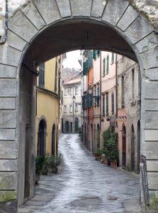 via Garibaldi dall'ingresso di Porta Parma