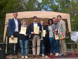 Alla presenza del sindaco di Terzana, Matteo Mastrini, il vescovo Giovannni consegna degli attestati agli studenti della Scuola diocesana di formazione all'impegno socio-politico