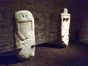 Le due Statue Stele esposte a Venezia