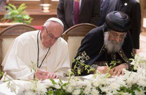 Papa Francesco con il papa copto-ortodosso Tawadros II al Cairo