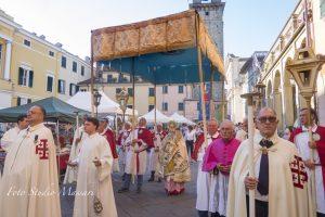 La processione del Corpus Domini a Pontremoli (Foto Studio Massari)