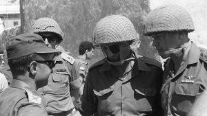 Gli israeliani Moshe Dayan (al centro) ministro della Difesa e Yitzhak Rabin (a destra) Capo di Stato Maggiore dell'Esercito, protagonisti della Guerra dei Sei Giorni
