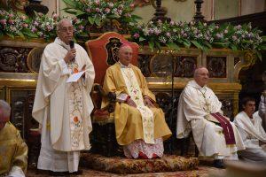 Il vescovo Giovanni saluta mons. Castellani, arcivescovo di Lucca; sulla destra, mons. Binini.