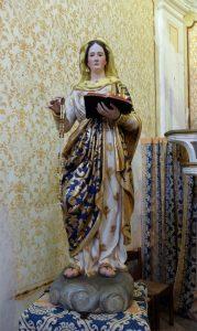 La statua della Vergine facente parte del gruppo scultoreo ligneo della Madonna di Caravaggio esposta nella chiesa di Adelano dopo il restauro
