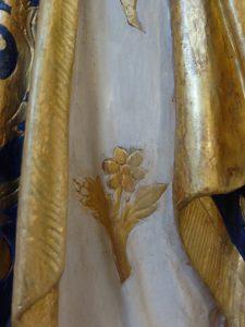 Particolare della decorazione della statua restaurata