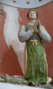 Anelano: la statua della giovane devota nel gruppo scultoreo della Madonna di Caravaggio: sarà sottoposta a restauro nelle prossime settimane.