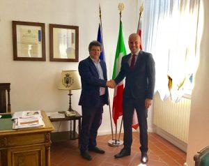 La stretta di mano tra il sindaco Paolo Grassi e Massimiliano Plicanti quando quest'ultimo assunse il ruolo di vicesindaco