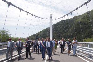 Le autorità percorrono il nuovo ponte di Stadano (foto Massimo Pasquali)