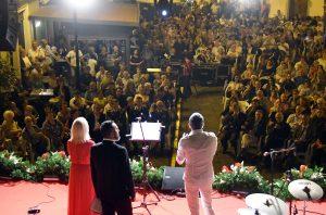 Il palco e il pubblico del Premio Lunezia (foto di Massimo Pasquali)