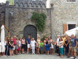 Un gruppo in visita al castello Malaspina di Filattiera