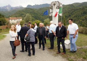 Visita al munumento di Cascella (foto Massimo Pasquali)