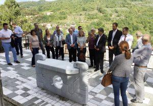 Visita delegazione del Comune di Engelsbrand nel Comune di Fivizzano - L'opera in marmo fatta realizzare dai due comuni (foto Massimo Pasquali)