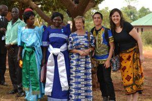Giusi Maggioni, al centro, durante il suo volontariato in Uganda