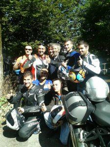 Nico Cereghini in posa con alcuni motociclisti