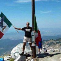 Spunta la bandiera di Salò sul monte Sagro, un'offesa ai morti di Vinca