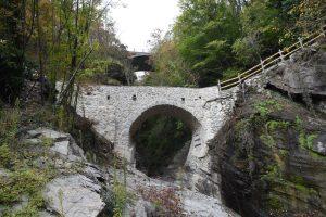 Il ponte della Colombara, non lontano dall'abitato di Pracchiola. In alto si scorge il profilo del ponte della strada provinciale del Cirone realizzato alla fine degli anni Cinquanta.