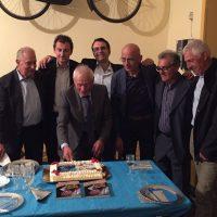 Severino Angella festeggiato in mezzo a tanti campioni