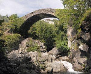 L'ardita arcata del ponte sul Magra tra Casalina e Groppodalosio