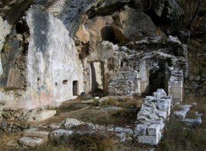 Le rovine dell'eremo di San Giorgio a monte dell'abitato di Aiola