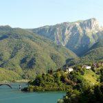Il lago di Vagli (provincia di Lucca) all'interno del Parco delle Apuane